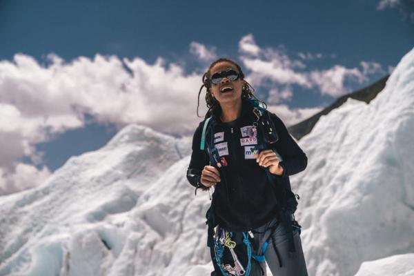 Moradora de Campinas volta ao Brasil após conquistar o topo do Everest