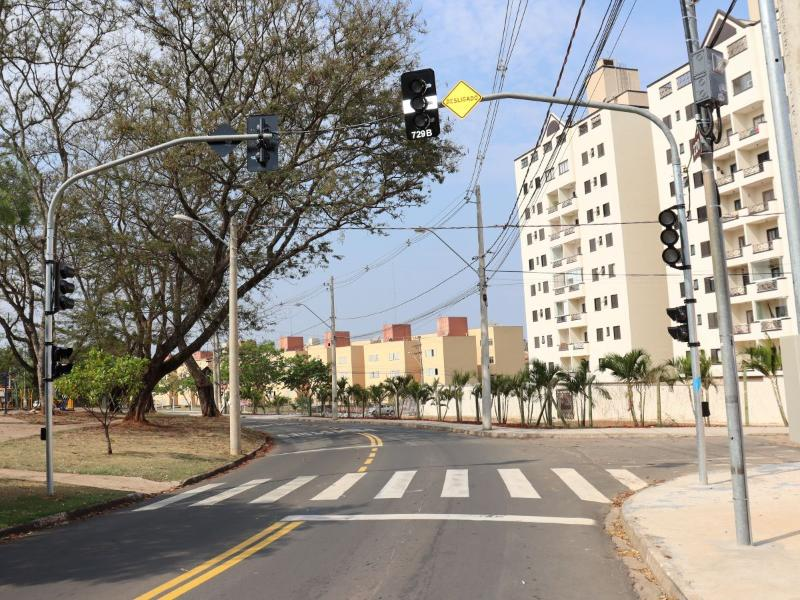 Novos conjuntos semafóricos são implantados na Rua Araguaçu