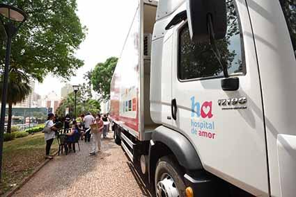 Carreta Hospital do Amor faz atendimento para exames gratuitos de mamografia em frente à Prefeitura